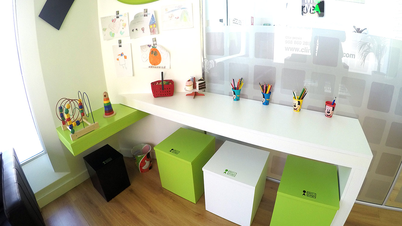 Sala de espera para niños clinica dental Santomera
